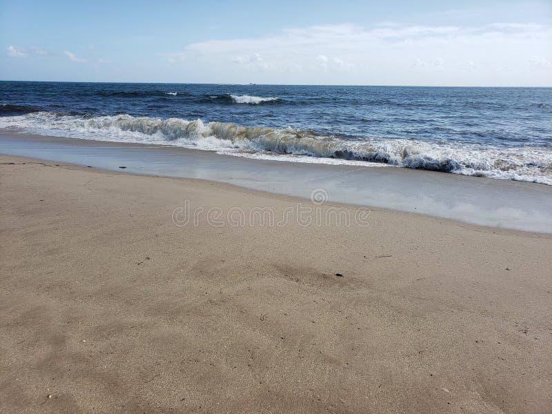 Crashing op het strand royalty-vrije stock foto's