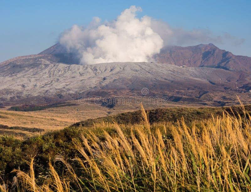 Cratère émettant de la vapeur de Nakadake couvert dans des tremblements de terre et l'éruption de Kumamoto de cendre volcanique a photographie stock libre de droits