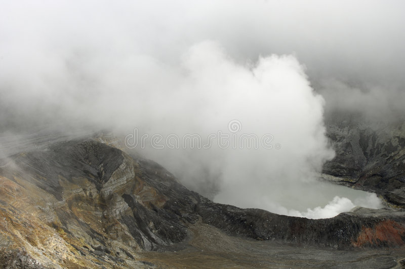 Cratère de volcan photographie stock libre de droits