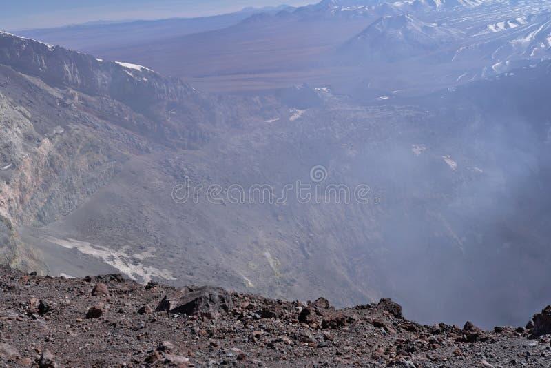 Cratère de volcan de Lascar avec des fumerolles photo stock