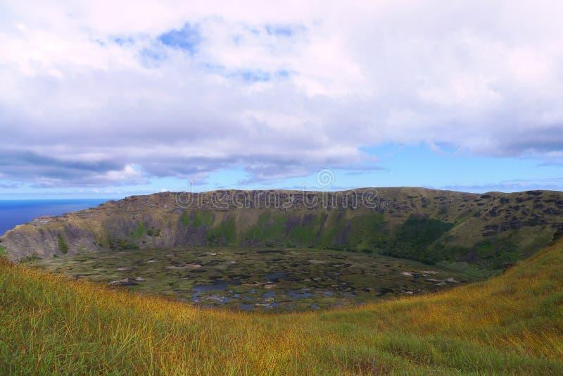 Cratère de volcan de milliers d'UCI de Rano, île de Pâques, Chili photographie stock libre de droits