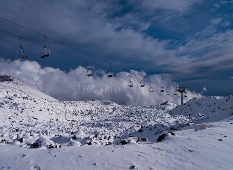 Cratère et remonte-pente volcaniques dans la neige image stock