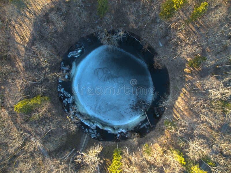 Cratère principal de météorite de Kaali étroit dans le saaremaa Estonie photos libres de droits