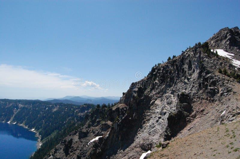 Crater从供徒步旅行的小道的湖视图 图库摄影