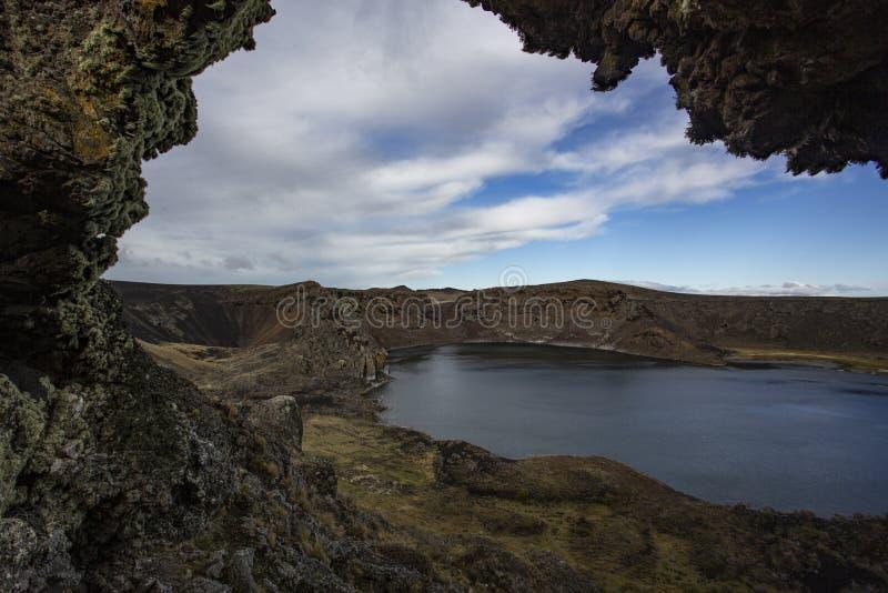 Crater vulcanico Laguna Azul, Rio Gallegos, Patagonian provincie Santa Cruz, Argentinië stock foto's
