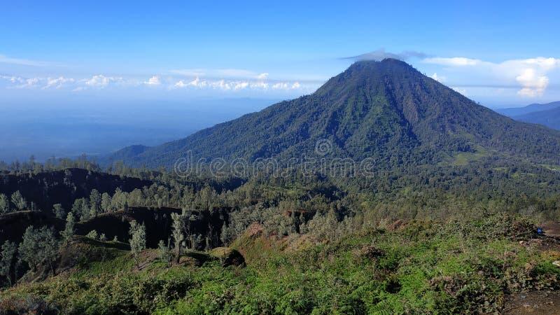 Cratera de Ijen da montagem, região de Bondowoso, Indonésia foto de stock