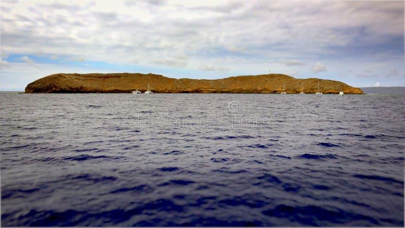 Cratera de Molokini fora da ilha de Maui foto de stock royalty free