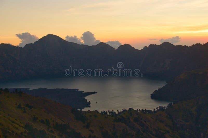 Cratera de surpresa, Anak Rinjani e opinião do lago da montagem Rinjani da borda de Senaru A montagem Rinjani é um vulcão ativo e foto de stock royalty free