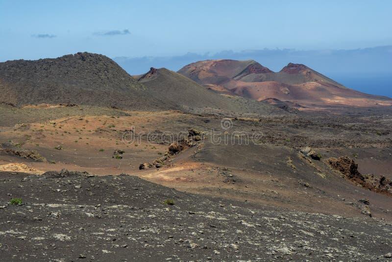 Cratera de surpresa em uma paisagem vulcânica do parque nacional de Timanfaya, Lanzarote, Ilhas Canárias fotos de stock royalty free