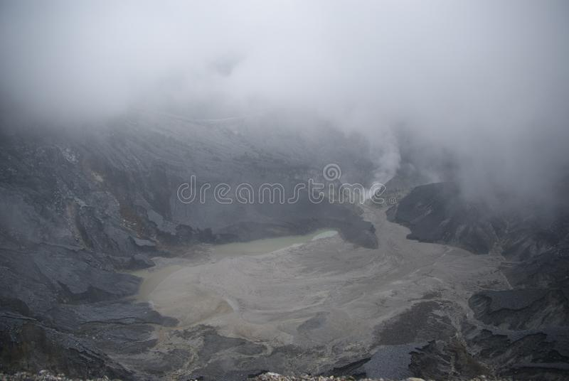Cratera de Tangkuban Perahu em Bandung, Indonésia imagem de stock