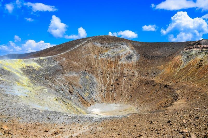 Cratera do vulcão na ilha de Vulcano, Lipari, Sicília foto de stock