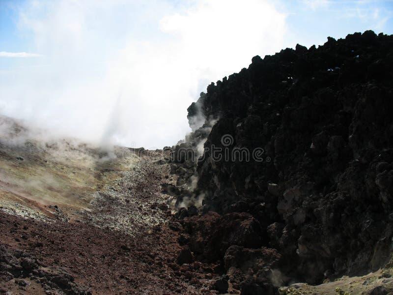 Cratera e enxofre do vulcão de Avacha, Kamchatka imagens de stock