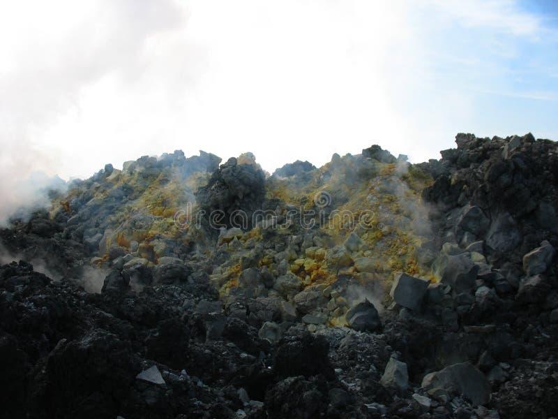 Cratera e enxofre do vulcão de Avacha, Kamchatka imagem de stock