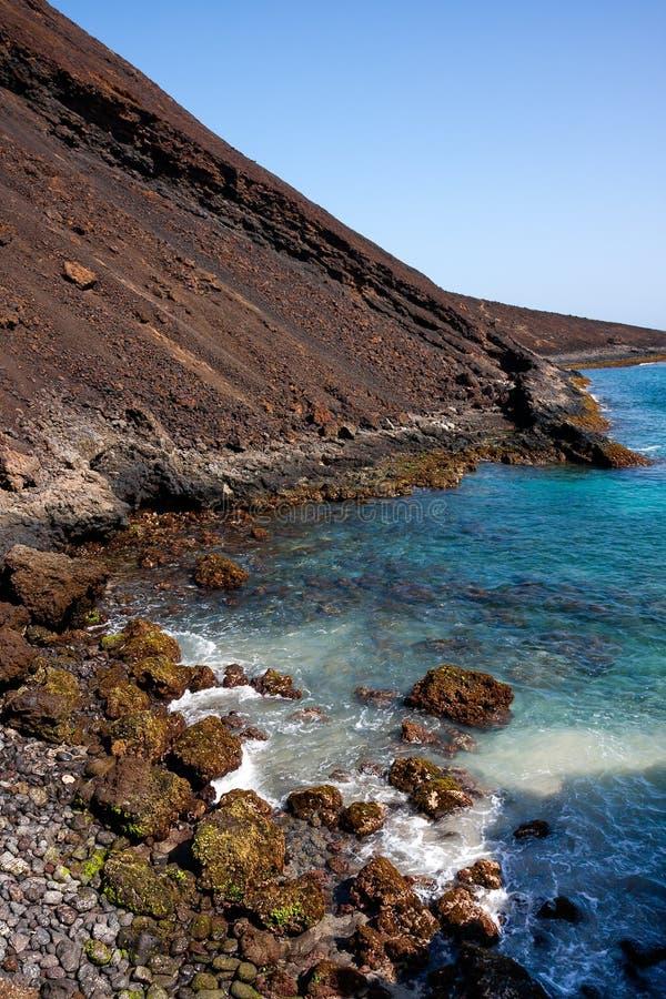 Cratera extinto do vulcão, pedregulhos afiados do basalto fotografia de stock