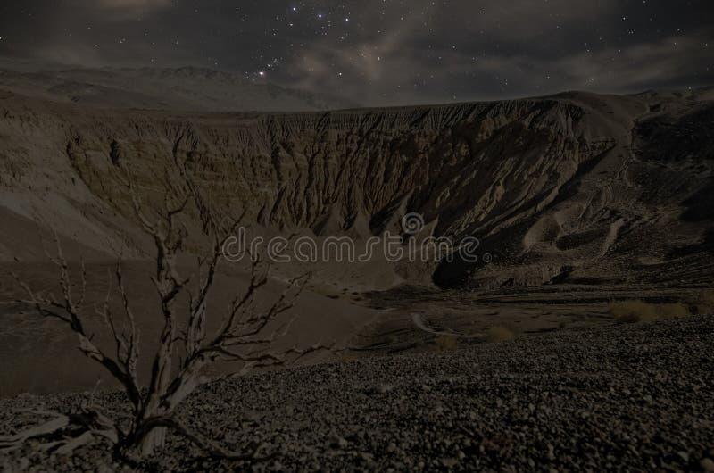 Cratera o Vale da Morte de Ubehebe na noite imagens de stock