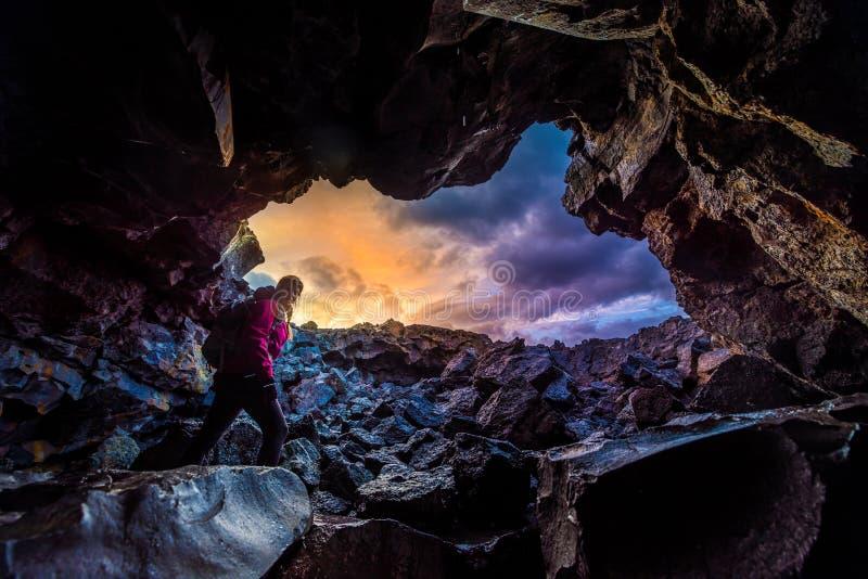 Crateras de exploração da caverna da gota de orvalho da mulher do nacional Idaho da lua imagem de stock royalty free
