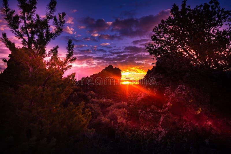 Crateras do pomar do ` s do diabo da lua no nascer do sol foto de stock royalty free