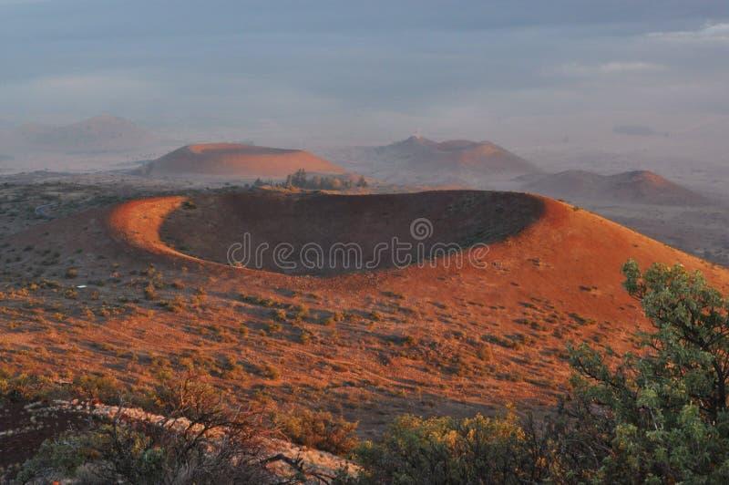 Crateras vermelhas de Mauna Kea no por do sol imagens de stock royalty free