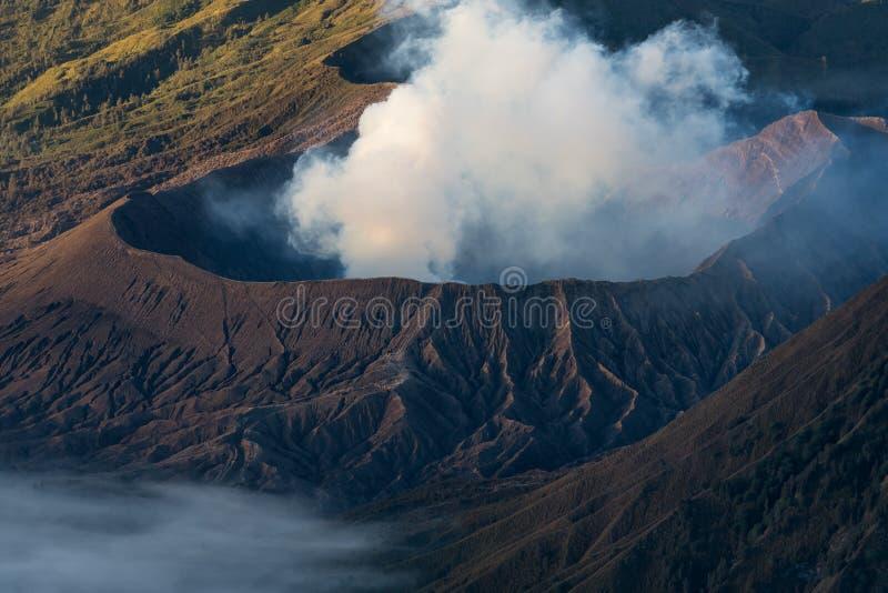 Cratere del vulcano attivo di Bromo nell'isola di East Java, Indonesia fotografia stock