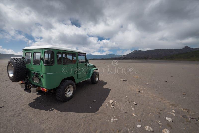 Cratere del vulcano dell'automobile della jeep fotografie stock