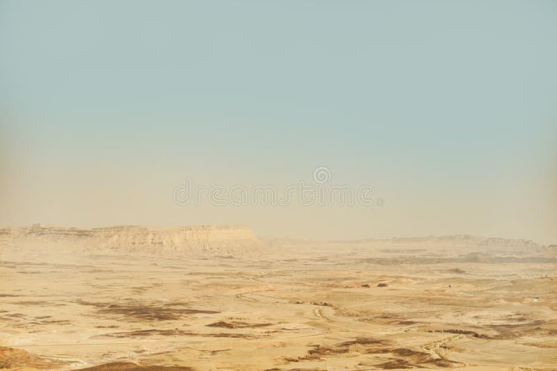 Cratere di Mitzpe Ramon nell'Israele Vista del paesaggio sul deserto di Negev e sulle montagne immagini stock