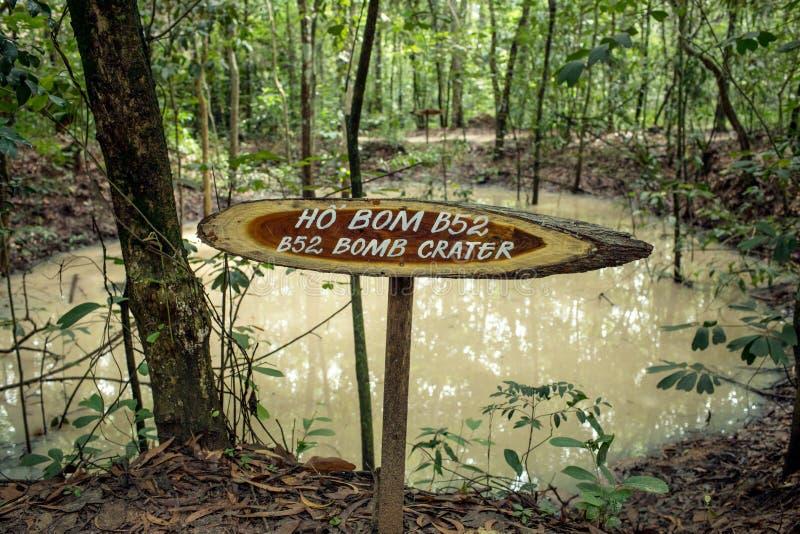 Cratere fatto dalle bombe durante la guerra del vietnam fotografia stock libera da diritti