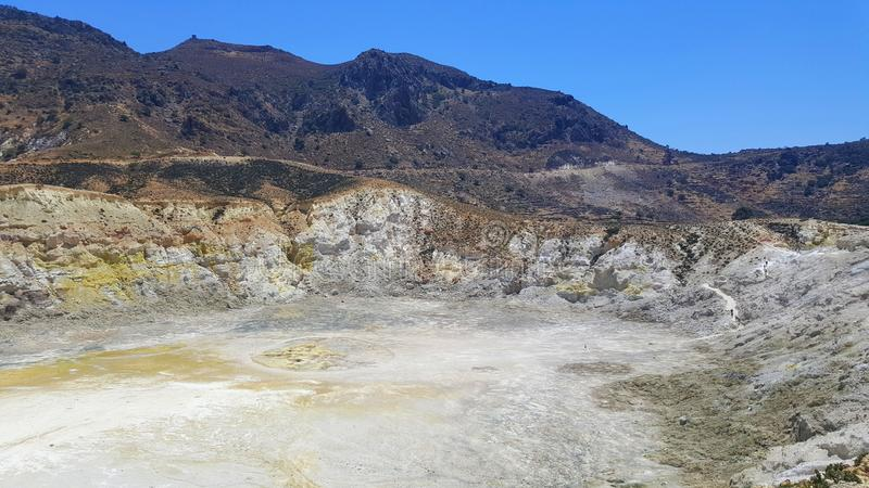 Cratere vulcanico Stefanos - vista della caldera da sopra Isola di Nisyros, Grecia fotografie stock libere da diritti