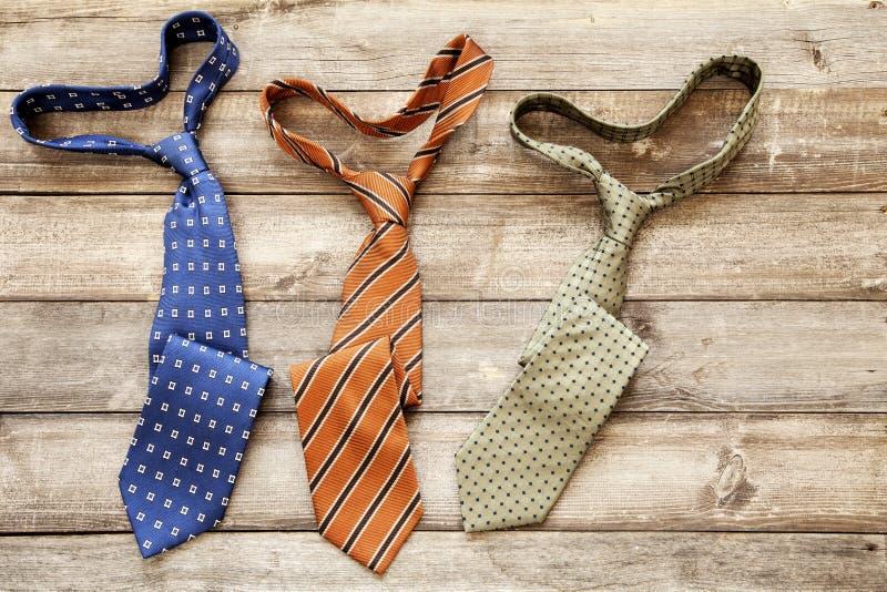 Cravates sur le fond en bois Vue sup?rieure Jour du `s de p?re photo libre de droits