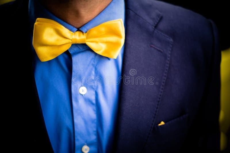 Cravatta a farfalla gialla, attrezzatura bella fotografia stock libera da diritti