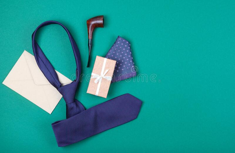 Cravatta per collo viola, scatola regalo con nastro bianco, quadrato tascabile, involucro artigianale e tubo per tabacco da fumo fotografia stock libera da diritti
