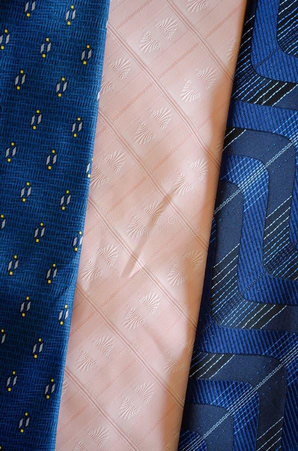Cravattiescarfs texturerar blåttrosa färgbakgrund royaltyfri bild