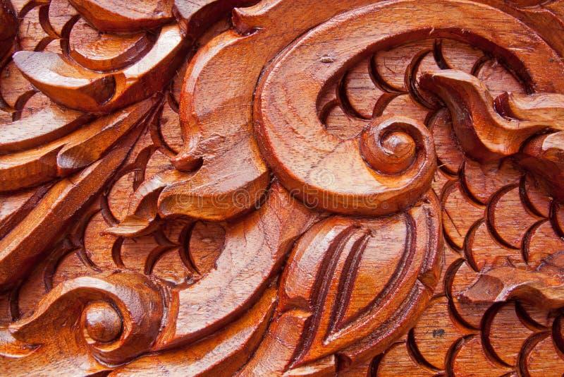 Craving de madera de la teca imagenes de archivo