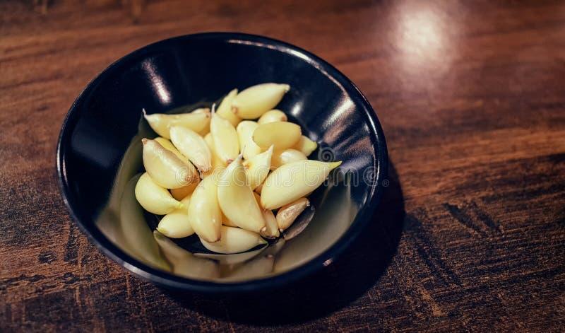Cravos-da-índia de alho descascados em um prato pequeno fotos de stock royalty free