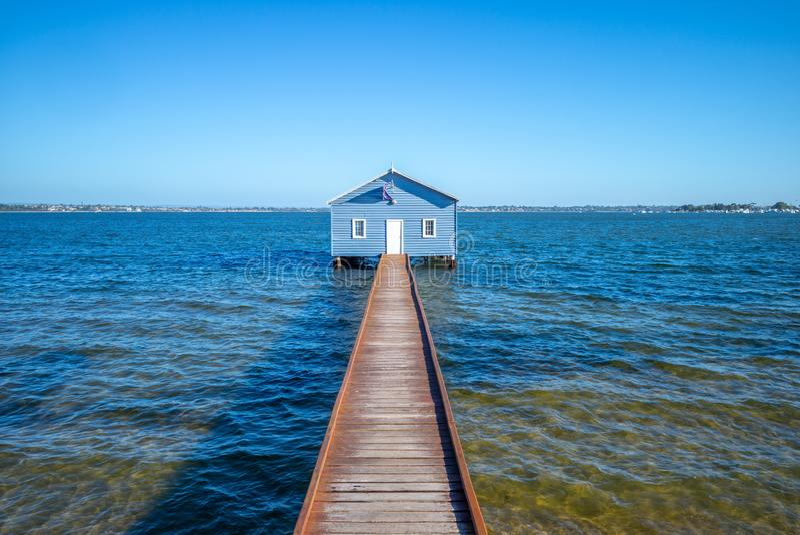 Crawley kant Boatshed, blåa fartyghoues i perth royaltyfria foton
