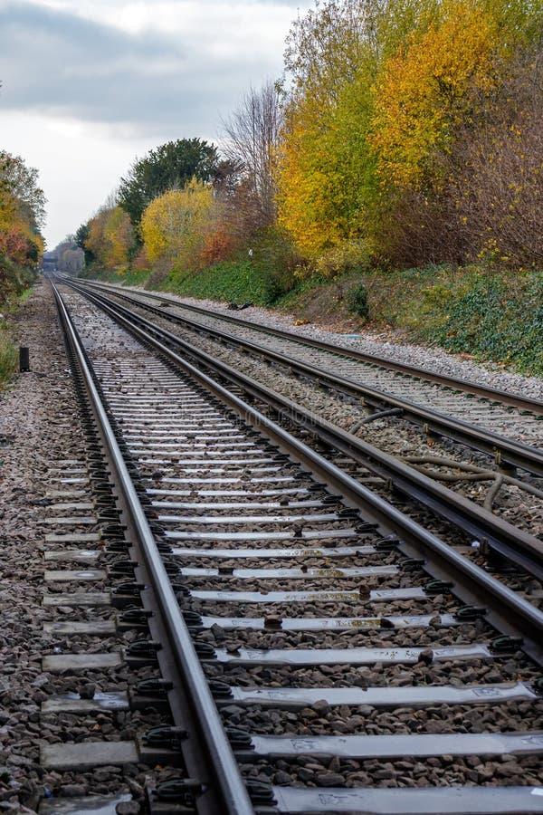 CRAWLEY VÄSTRA SUSSEX/UK - NOVEMBER 21: Den järnväg linjen i kräva royaltyfri foto