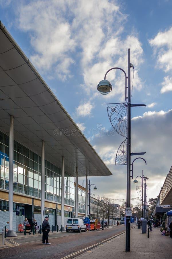 CRAWLEY, ZACHODNI SUSSEX/UK - LISTOPAD 21: Uliczna scena w Crawley obrazy stock