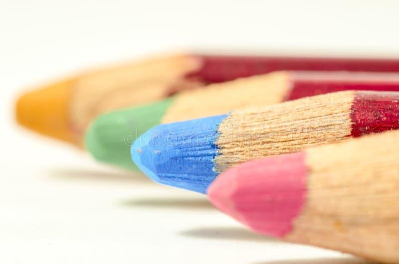 Crayon coloré par quatre dans la ligne images libres de droits