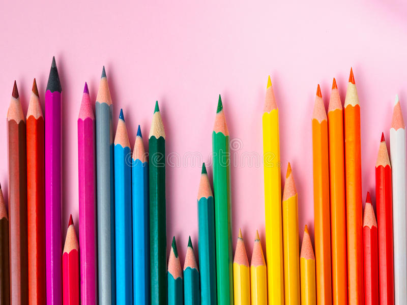 Crayon coloré sur le fond de papier rose pour le cercle de couleur de dessin photos stock