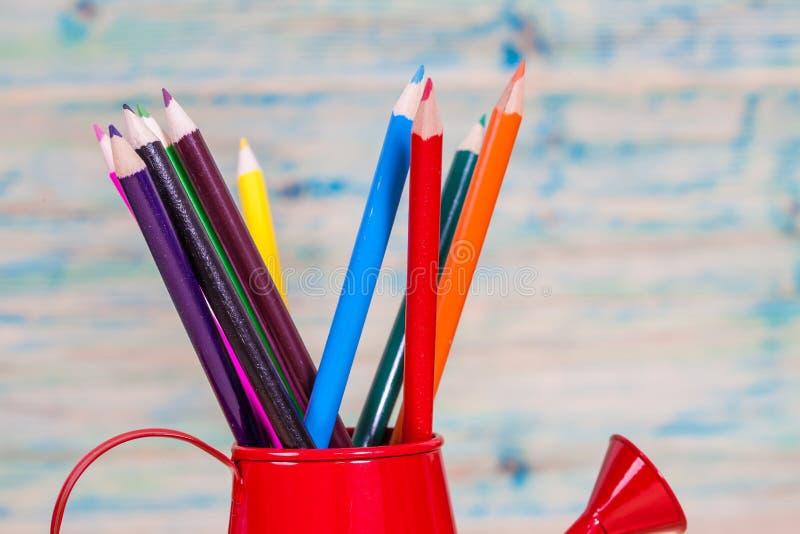 crayon dans la boîte d'arrosage rouge photos libres de droits