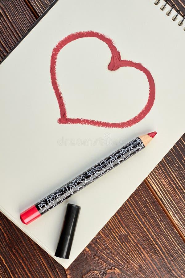 Crayon dessiné rouge de coeur et de maquillage images stock