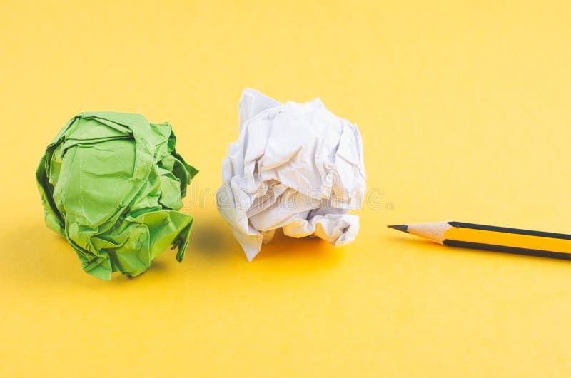Crayon en bois de graphite et chiffonner le fond jaune de lkon de papier images libres de droits