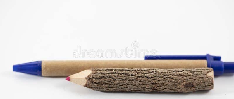 Crayon et stylo en bois sur le fond blanc image libre de droits