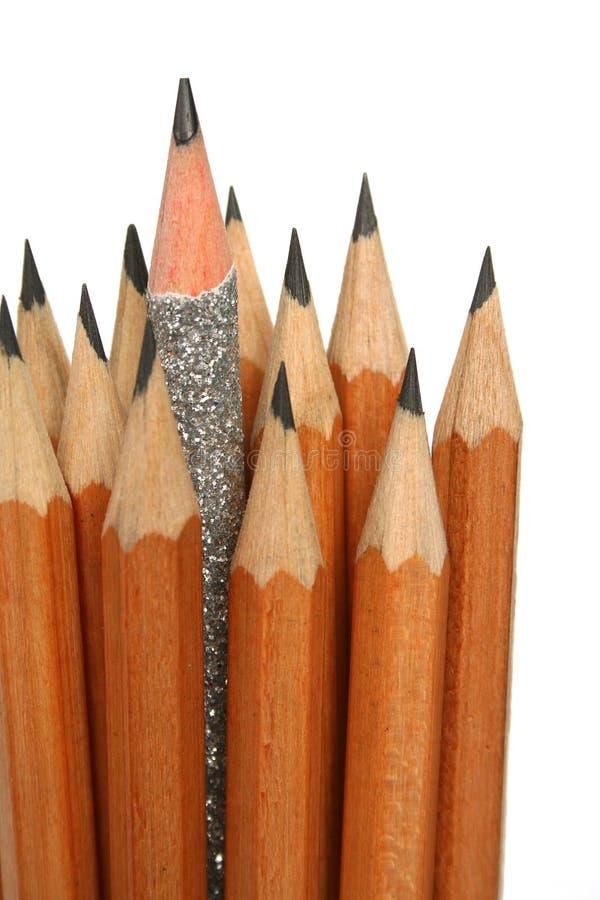 Crayon exceptionnel dans un environnement des crayons habituels images libres de droits