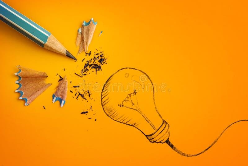 crayon jaune avec tiré par la main une ampoule, innovati créatif photos stock
