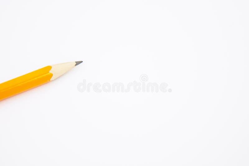 Crayon jaune sur le livre blanc, blanc, écrivant l'instrument Copiez l'espace pour le texte photo libre de droits