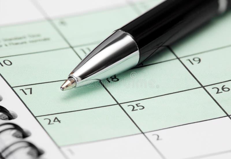Crayon lecteur à la page de calendrier image stock