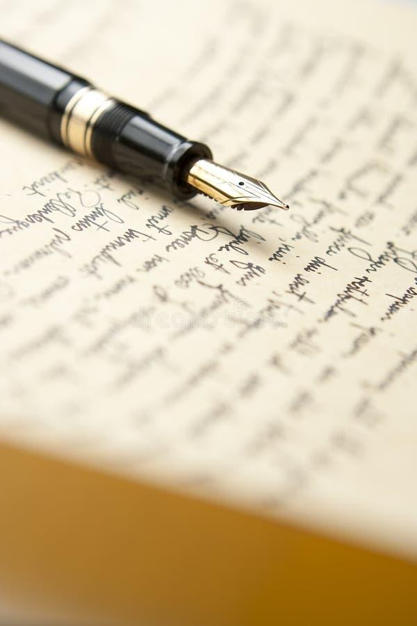 Crayon lecteur d'or avec la lettre et l'écriture photos stock