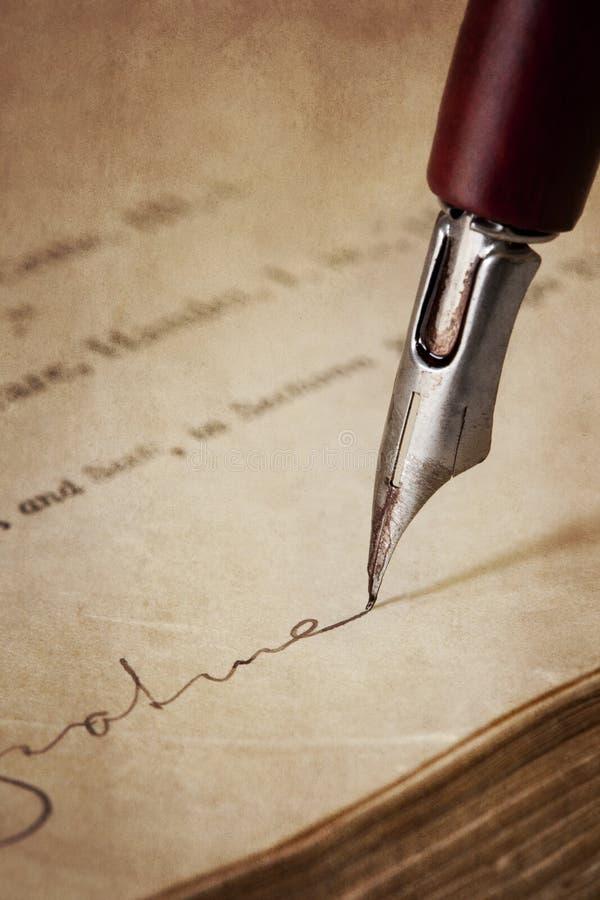 Crayon lecteur de graine de cru signant le vieux papier photo stock