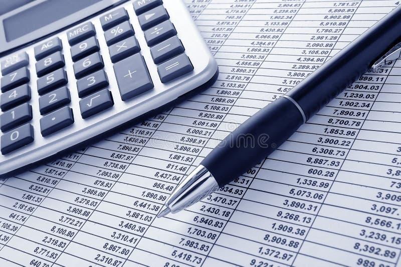 Crayon lecteur et calculatrice sur le tableur financier photographie stock libre de droits