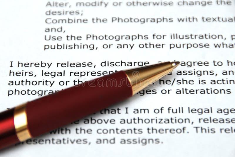 Crayon lecteur et contrat rouges images stock